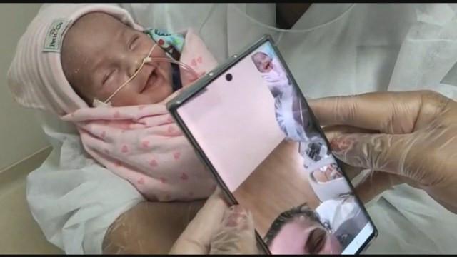 Luiza sorri ao ouvir a voz da mãe pelo tablet — Foto: Reprodução/TV Globo