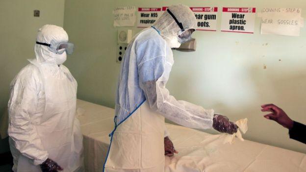 Dois profissionais com equipamentos de saúde