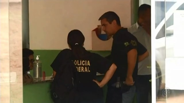 Policiais federais cumpriram mandados de busca em unidades de saúde Boituva e na prefeitura — Foto: TV TEM/Reprodução
