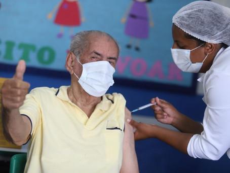 Número de idosos que tomaram segunda dose de vacina é baixo, dizem especialistas