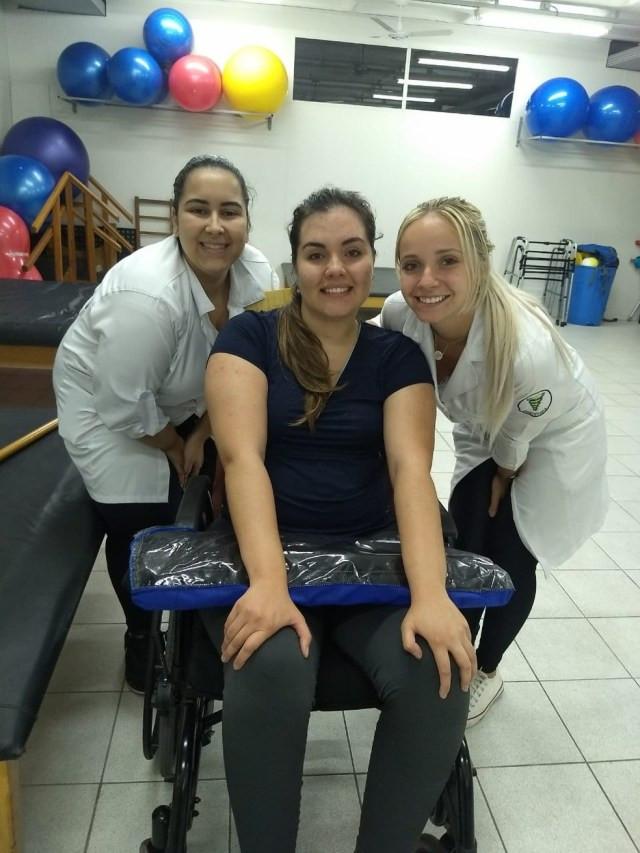 Equipe de fisioterapeutas acompanha a evolução de Karina após acidente no litoral de São Paulo — Foto: Arquivo Pessoal