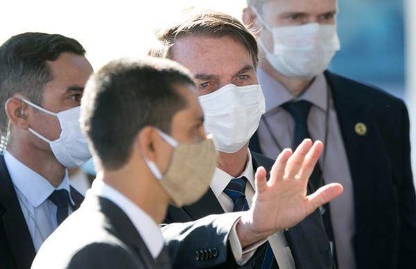 Presidente Jair Bolsonaro usa máscara no DF