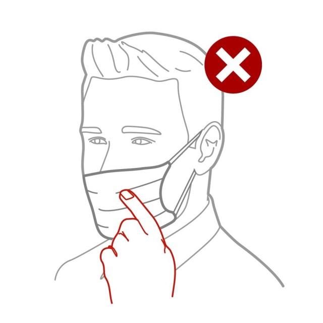 Não toque na parte do tecido da máscara - apenas nos elásticos. — Foto: Rodrigo Sanches/Arte G1