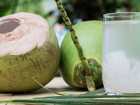 6 benefícios da água de coco para a saúde