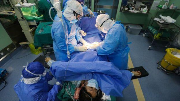Profissionais de saúde em sala de cirurgia