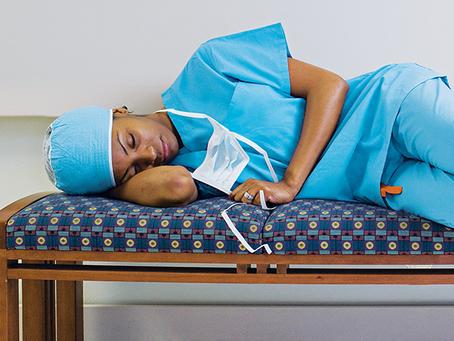 O sono dos profissionais de saúde padece