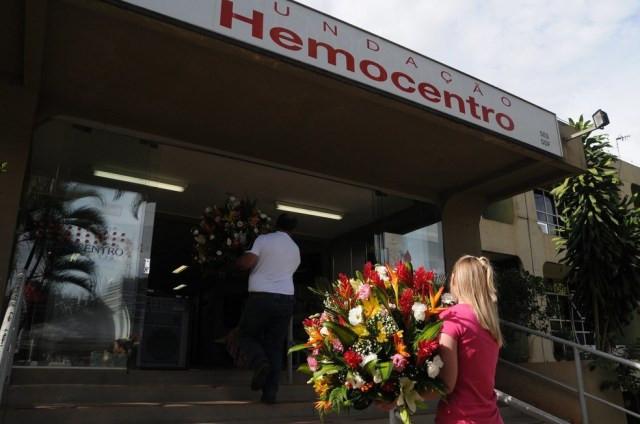 Produtores de flores levam buquês ao Hemocentro, no DF, para homenagear profissionais da saúde — Foto: Lúcio Bernardo Jr. / Agência Brasília