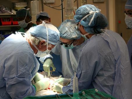 Médico retira o útero junto com a placenta de mulher que dava à luz pela primeira vez