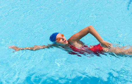 Esportes aquáticos: protocolos contra Covid-19 na praia e piscina