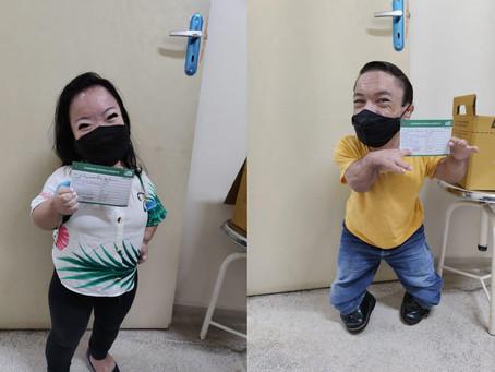 'Menor casal do mundo' toma vacina contra Covid no interior de SP