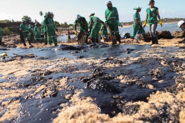 21 de outubro - Cerca de 200 voluntários e equipes da prefeitura trabalham para retirar manchas de óleo de trecho entre as praias de Itapuãma e Pedra do Xaréu, em Cabo de Santo Agostinho (PE) — Foto: Pedro de Paula/Fotoarena via Estadão Conteúdo