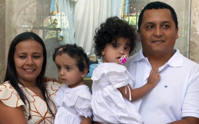 Pais celebram o batizado das filhas gêmeas em Ribeirão Preto, SP  — Foto: Alexandre Sá/ EPTV