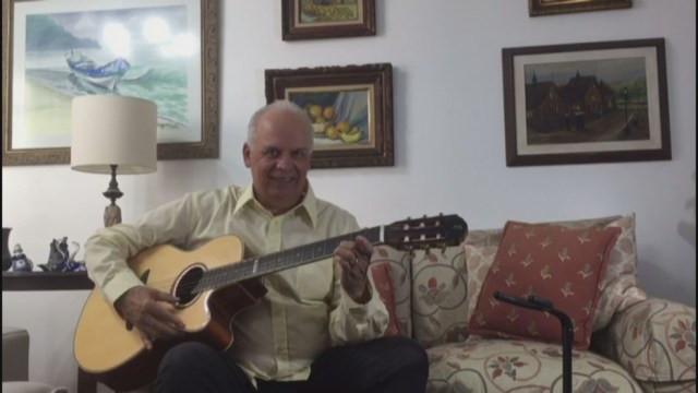 Médico faz apresentações musicais em sua janela em Santos, SP — Foto: Reprodução