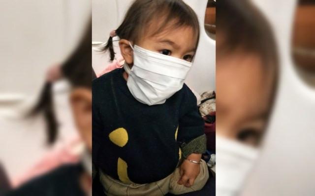 A pequena Isabela Lassalle Zhang no avião a caminho de Anápolis — Foto: Reprodução/Arquivo pessoal/Hui Zhang