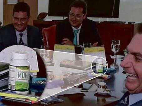 Fotos da Presidência mostram suplemento proibido na mesa de Bolsonaro