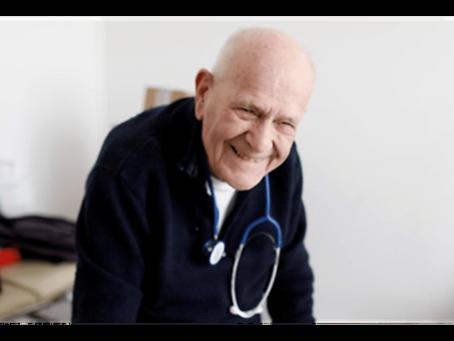Emocionante: o médico de 98 anos que continua visitando pacientes, apesar da pandemia