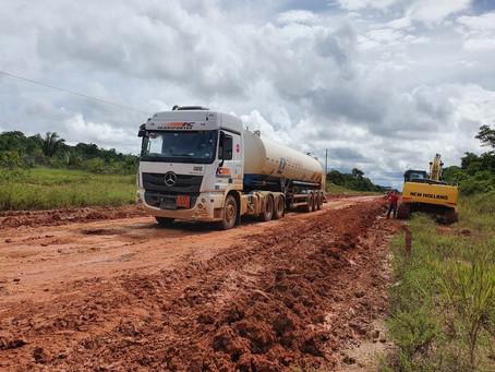 Caminhões com carga de oxigênio para Manaus enfrentam atoleiro na BR-319