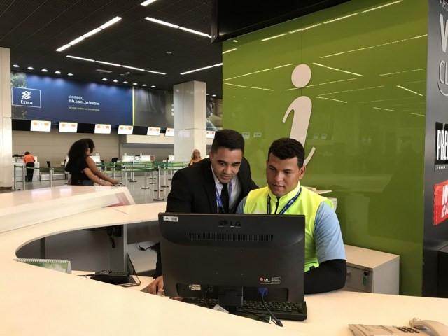 Funcionário do aeroporto ensina aluno da APAE-DF — Foto: Divulgação