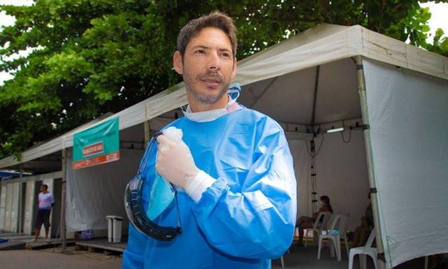 Alexandre Vergete está na linha de frente, no Hospital Municipal Carlos Tortelly, referência no combate à doença Foto: ROBERTO MOREYRA / Agência O Globo