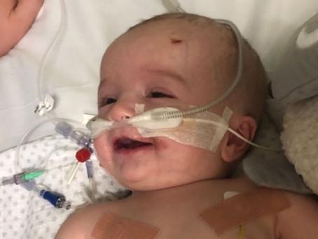 Após sete meses em coma, bebê acorda e sorri para o pai