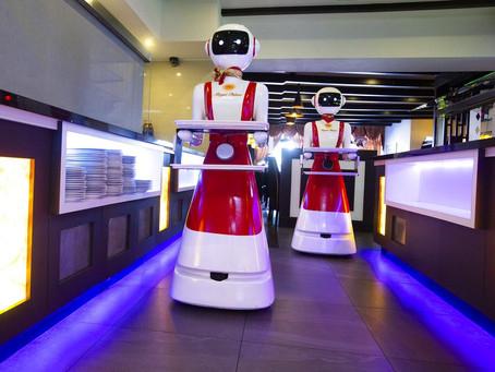 FOTOS: em nome da saúde, restaurantes usam de robôs a 'escudos' de plástico para reabertura