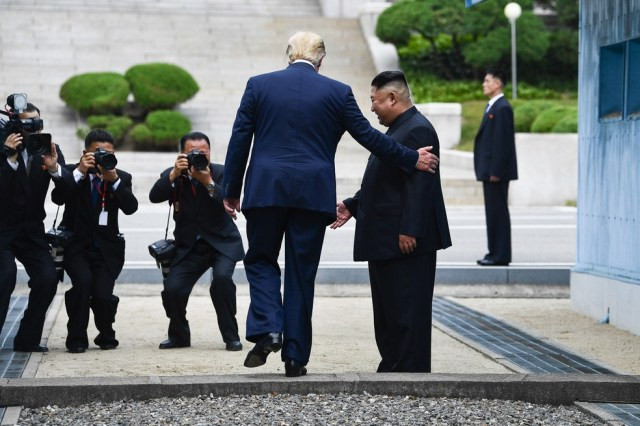 30 de junho de 2019 - O presidente dos Estados Unidos, Donald Trump, cruza a fronteira e se tornou o 1º presidente dos EUA a pisar em solo norte-coreano, acompanhado pelo líder norte-coreano, Kim Jong-un. O momento ocorreu após simbólico aperto de mãos na Zona Desmilitarizada entre as Coreias do Norte e do Sul — Foto: Kevin Lamarque/Reuters