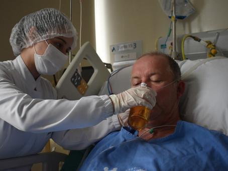 Paciente toma cerveja em hospital de Blumenau após ficar 18 dias internado com Covid em UTI