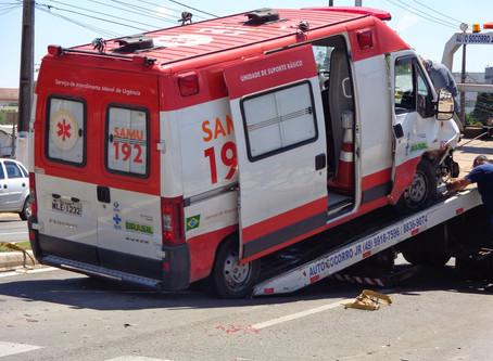 Ambulância do Samu é atingida por caminhonete enquanto paciente era socorrido