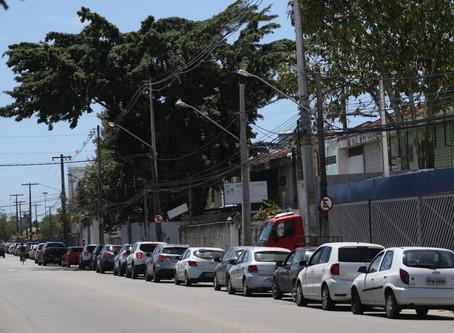 'Drive-thru' de testagem para Covid-19 tem fila gigante em Olinda