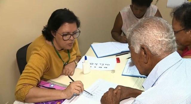 Posto de saúde tem projeto que ensina pacientes idosos a ler e escrever em Araras. — Foto: Ronaldo Oliveira/EPTV