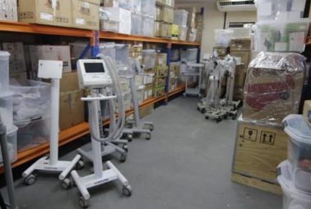 Galpões que custam R$ 1 milhão por mês reúnem respiradores e testes de Covid nunca usados pelo RJ
