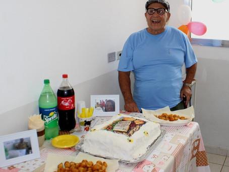 Idoso de 70 anos faz festa em posto de saúde com bolo e salgadinhos para comemorar fim de tratamento