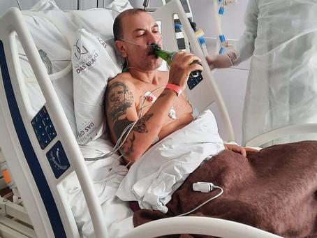 Homem bebe cerveja e refrigerante em hospital após 18 dias internado por Covid