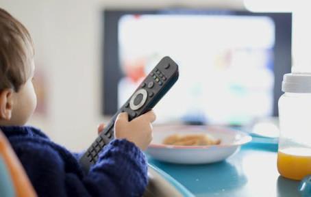 Comer diante da TV pode prejudicar desenvolvimento da linguagem das crianças, diz estudo francês