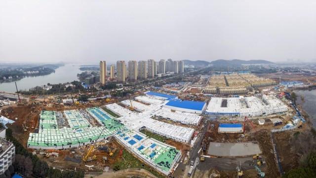 Hospital de Huoshenshan tem 25 mil metros quadrados e começou a ser construído no dia 23 de janeiro — Foto: Chinatopix/AP