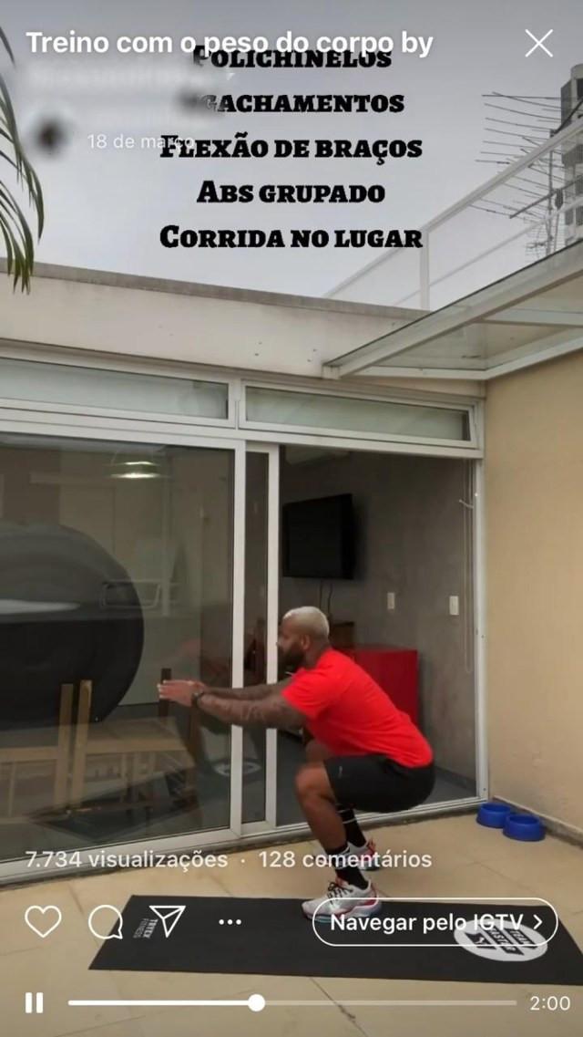 O personal Cássio Fidlay gravou vídeos fazendo exercícios em casa — Foto: Reprodução/Redes sociais
