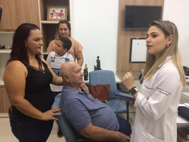 Antônio Marques e a família durante consulta em Porto Velho — Foto: Ana Kézia Gomes/G1