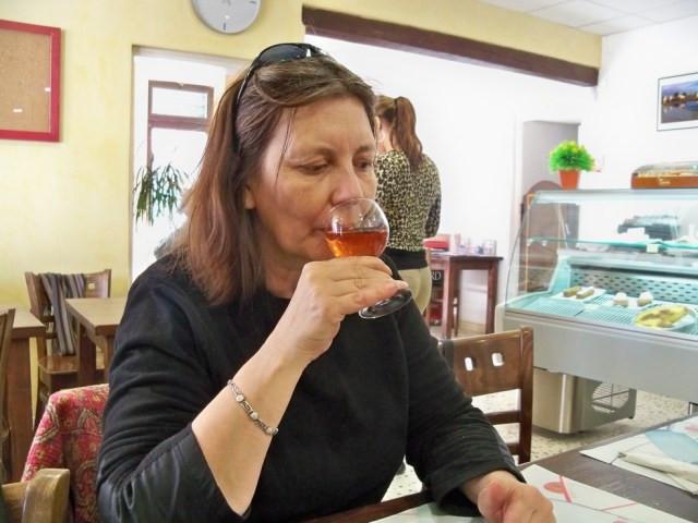 Apesar dos riscos para a saúde, muitas mulheres entre a meia-idade e o começo da velhice estão consumindo álcool acima dos limites recomendáveis — Foto: https://upload.wikimedia.org/wikipedia/commons/9/9d/D%C3%A9gustation_vin_-_lamper.jpg