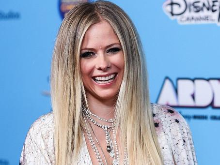 """Avril Lavigne homenageia profissionais da saúde em seu novo clipe, """"We Are Warriors"""". Co"""
