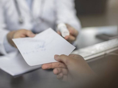 Atestado falso para 'fura-fila' da imunização pode gerar cassação de médico