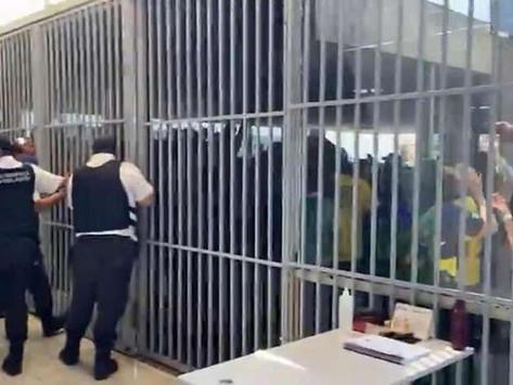 VÍDEO: manifestantes bolsonaristas tentam invadir sede do Ministério da Saúde