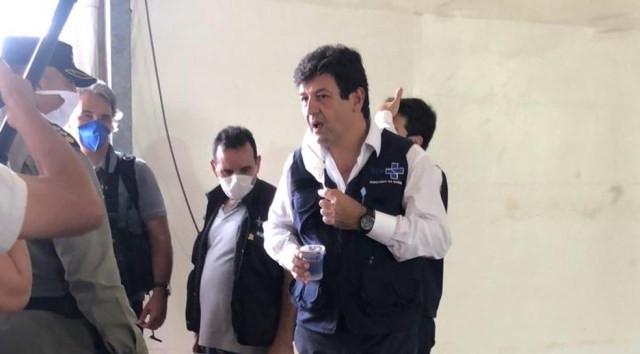 O ministro da Saúde, Luiz Henrique Mandetta, deu entrevista durante visita a obras de hospital de campanha em Águas Lindas (GO)  — Foto: Reprodução/TV Anhanguera