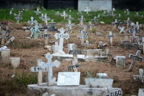 Coveiros do cemitério de São Francisco Xavier, no Rio de Janeiro, em tempos de coronavirus estão usando roupas especiai