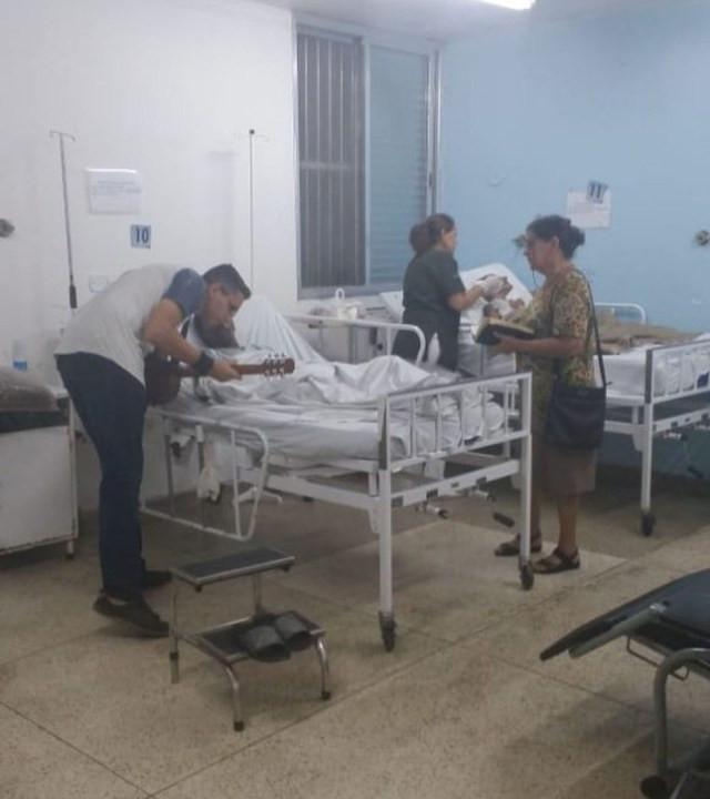 Voluntários se dedicam a cantar músicas para pacientes em hospital de Bertioga, SP — Foto: Divulgação/Instituto Nacional de Tecnologia e Saúde