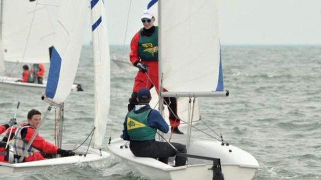 Antes de ficar doente, Daniel (em pé) gostava de velejar e sonhava em fazer parte da força de elite da Marinha americana — Foto: Fight4Wellness via BBC