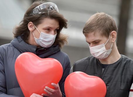 Sexo na pandemia: a máscara protege da Covid, mas beijar aumenta os riscos com novos parceiros
