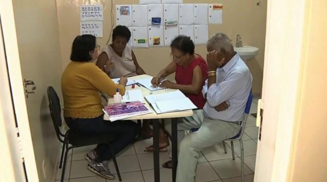 Posto de saúde de Araras tem projeto que ensina pacientes idosos a ler e escrever — Foto: Ronaldo Oliveira/EPTV