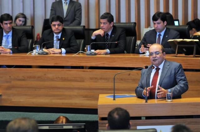 Ibaneis Rocha, governador do DF, discursa em frente à Mesa Diretora da Câmara Legislativa — Foto: Renato Alves/Agência Brasília