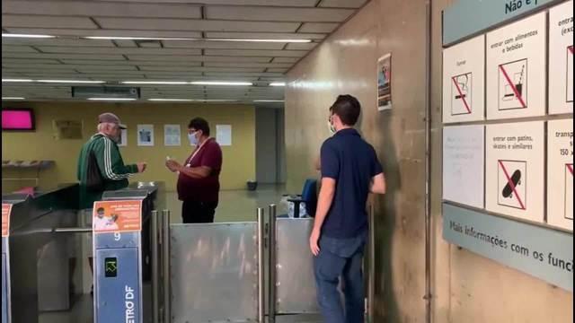 GDF distribuí máscaras em estação do metrô da Praça do Relógio, em Taguatinga