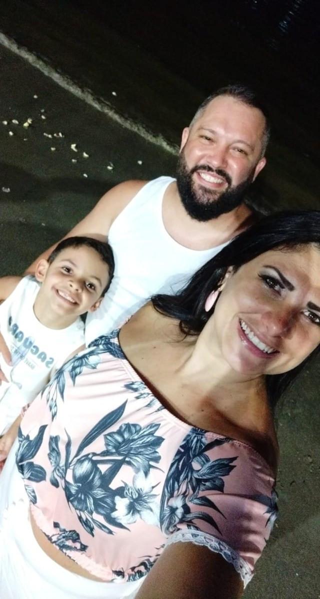 Laura junto com seu marido e filho de sete anos — Foto: Arquivo Pessoal